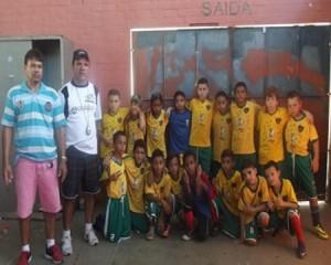 Cerca de 100 crianças e adolescentes participam do projeto Escola e esporte, maravilha em ação. Foto: Arquivo Pessoal