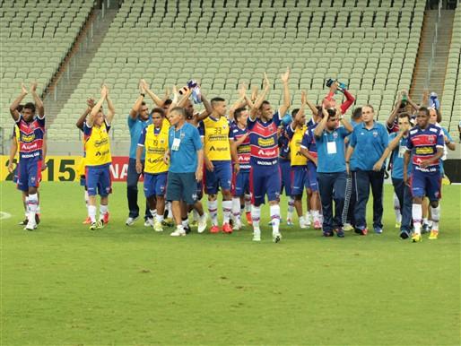 Jogadores comemoram a vitória no primeiro jogo da decisão contra o Ceará. Foto: Nodge Nogueira/Fortalezaec.net/Divulgação)