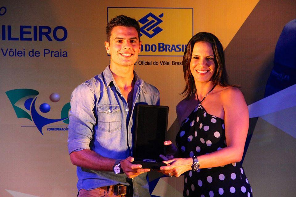 Cearense Allison Cittadin recebe o prêmio das mãos da ex-jogadora Virna. Foto: CBV/Divulgação