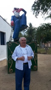 Elano na Casa Chico Anysio com a réplica de Pantaleão, um dos personagens do irmão. Foto Dadynha Saturnino
