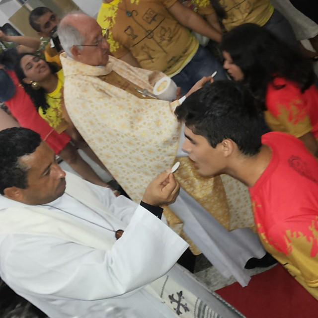 Dom José Antonio e Padre José Ricardo: comunhão na solenidade da Crisma de Jovens e Adultos na Igreja Matriz de Nossa Senhora da Penha em Maranguape-CE. Foto Dadynha Saturnino