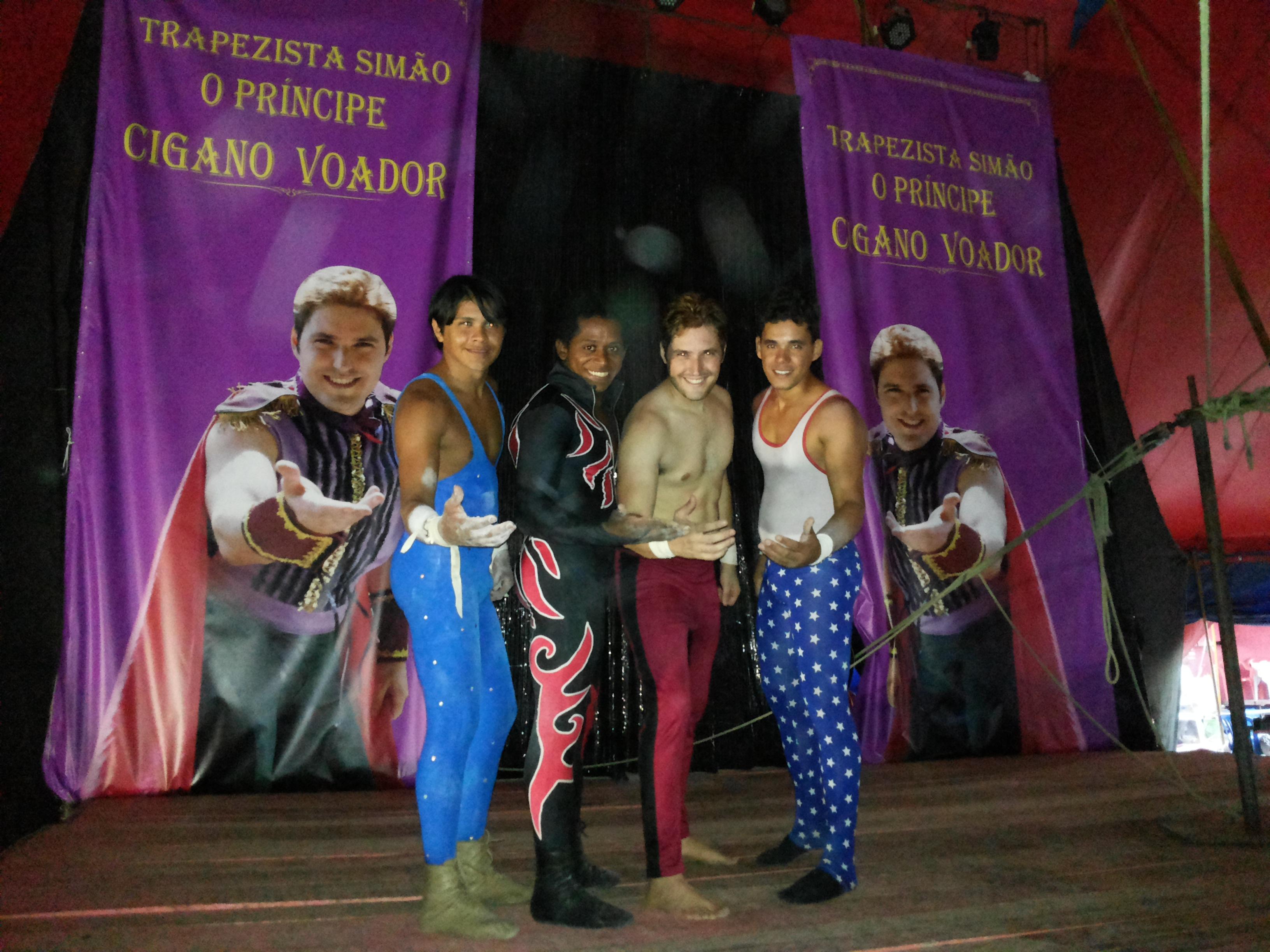 Alexandre Mandarino com trapezistas do Circo do Tirullipa. Foto Dadynha Saturnino