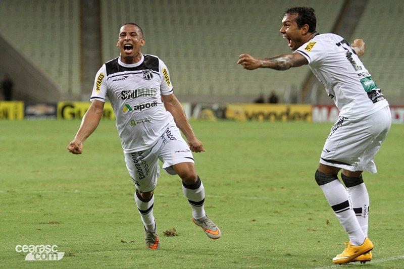 Atacante Rafael Costa (frente) marcou o gol da vitória do Ceará. Foto: Christian Alekson / cearasc.com)