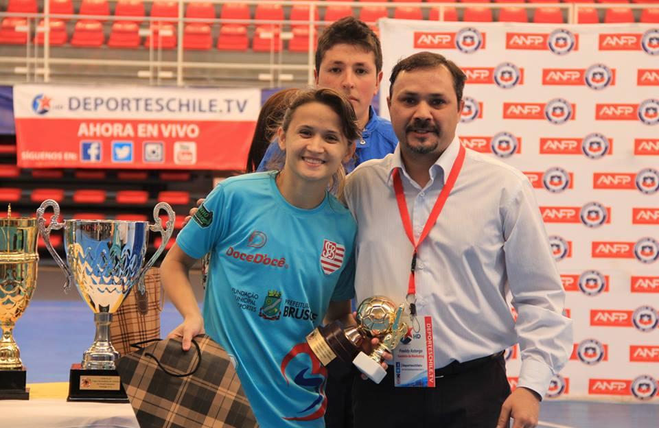 Amandinha recebe premiação de melhor jogadora da Libertadores. Foto:DeportesChiletv/Divulgação