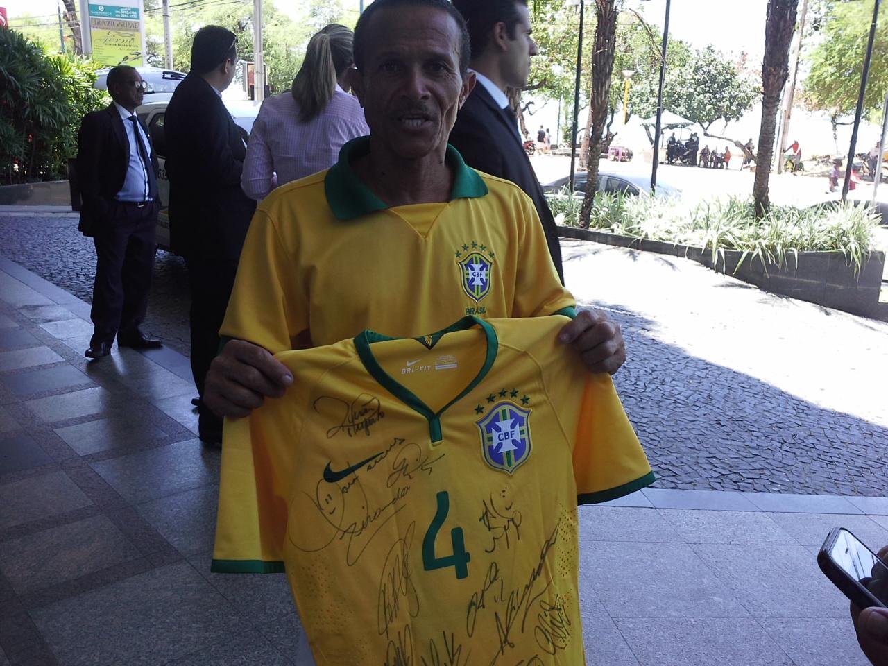 Jacozinho não conteve a emoção ao ganhar os presentes. Foto: Thiago Conrado