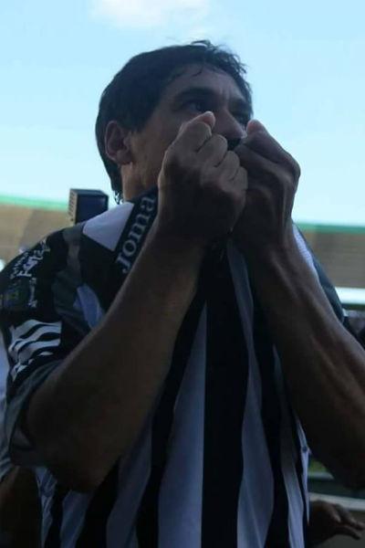 Sérgio Alves beijando a camisa durante a comemoração de mais um gol marcado pelo Ceará (Foto: Reprodução/Facebook)