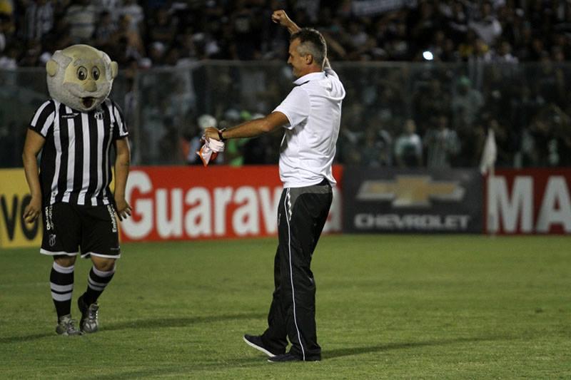 Técnico Lisca é ovacionado pela torcida do Ceará. Foto: cearasc.com/Divulgação