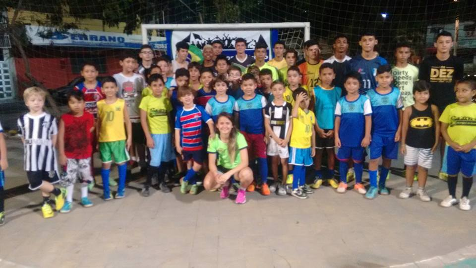 Crianças do projeto com a atleta cearense de futsal Amandinha. Foto: Arquivo Pessoal