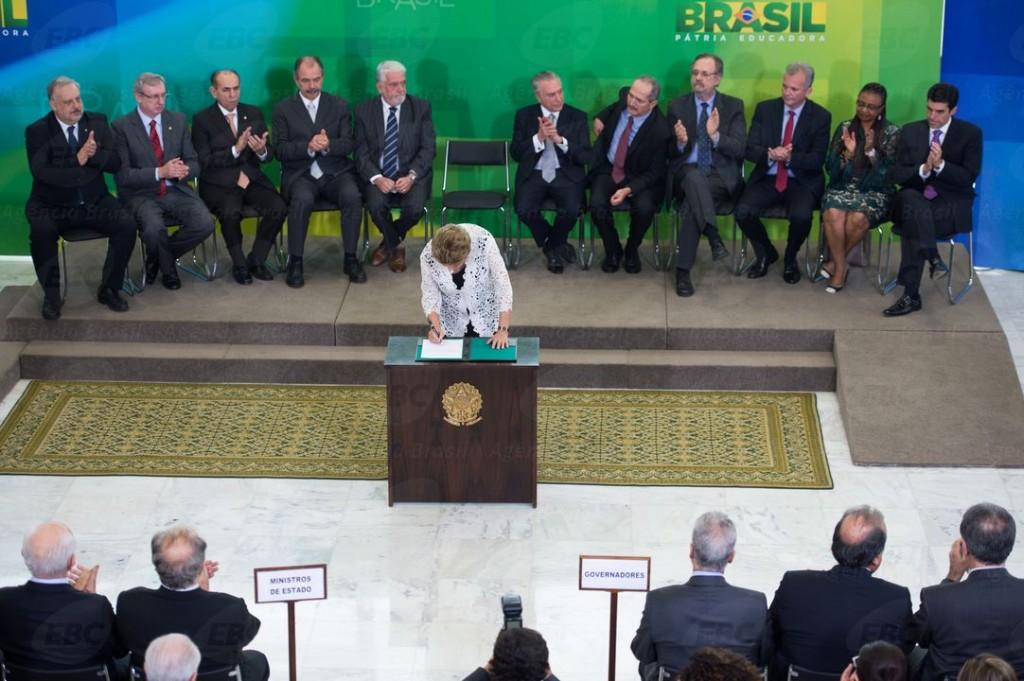 Palmas comedidas e semblantes fechados na posse dos novos ministros, no Palácio do Planalto. Foto: Fabio Rodrigues /Agência Brasil