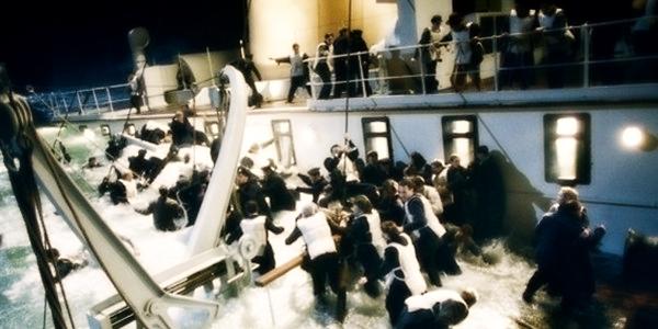 Pesquisa mostra que o buraco no casco é grande. Base aliada já de colete procura por botes salva-vidas. Alguns tripulantes já pularam do barco governista, que ameaça afundar junto com os passageiros da classe econômica.
