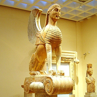 Representação da esfinge da mitologia grega, no Museu do Templo de Apolo, em Delfos. Essa mandava bem.