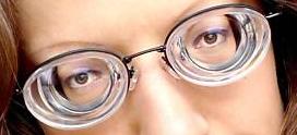 """09360033b É exatamente dessa característica das lentes para miopia que surgiu o  clássico termo – jocoso – """"óculos de fundo de garrafa"""" (objeto obrigatório  numa ..."""